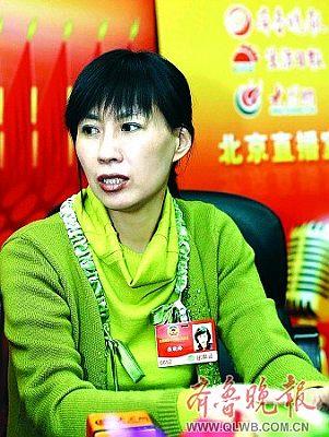"""张晓梅作客""""'两报一网'北京直播室""""。本报两会特派记者 邱志强 摄"""