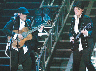 李宗盛(左)、周华健分别用木吉他、贝斯带领观众进入时光隧道。