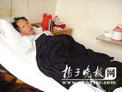 躺在病床上的张荣贵。