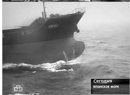 """俄媒体公布俄军舰击沉中国货船的视频截图:遇袭之后的""""新星""""号货船漂浮在海面图"""