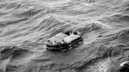 """俄媒体公布俄军舰击沉中国货船的视频截图:""""新星""""号货船的一艘救生筏,里面是最终获救的包括李广超在内的8人"""