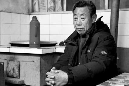 自己的儿子活着回来了,女婿却遇难了,刘峰的父亲刘老汉心情很复杂