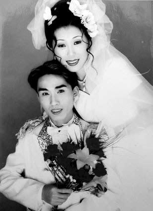 刘峰的姐夫杨波(遇难船员)与妻子的结婚照