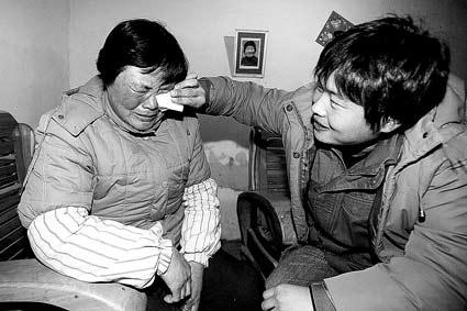 乡亲们簇拥在李广超家中,听着他讲述几天来曲折的经历