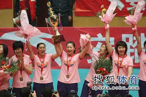 天津女排队员高举冠军奖杯