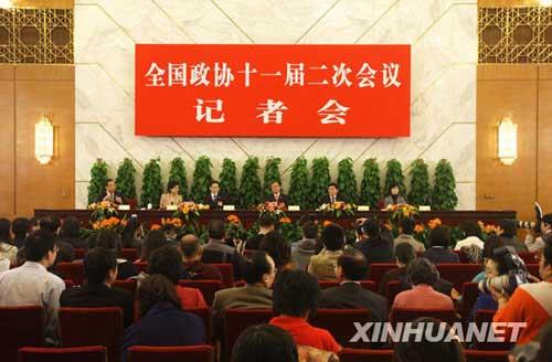 万季飞、周汉民、成岳冲、杨澜等四位委员出席并回答记者的提问