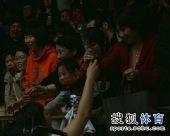 图文:女排联赛天津夺总冠军 杨亚楠给母亲送花
