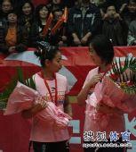图文:女排联赛天津夺总冠军 王茜向张娜撒娇