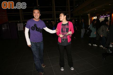 钟镇涛与女友范姜也一同前往欣赏演唱会