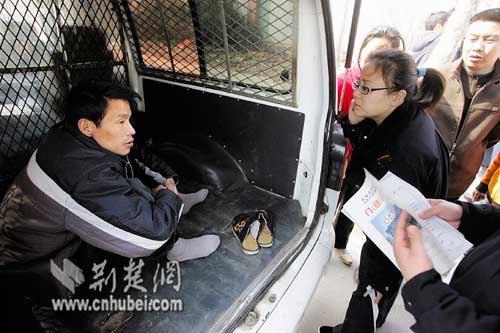 汉阳医院急救车将一男子扔路边 医院称是送其回家