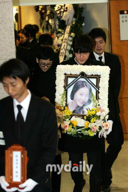 自杀女星张子妍的遗体告别仪式今晨举行