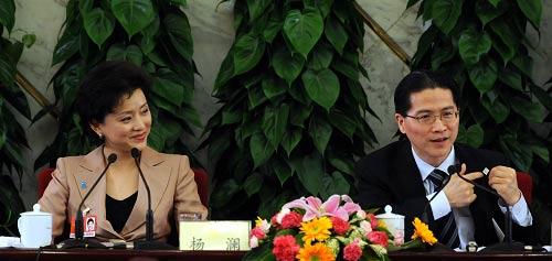 政协十一届二次会议昨天举行记者会,周汉民、杨澜正在回答记者提问。江心/CFP 图