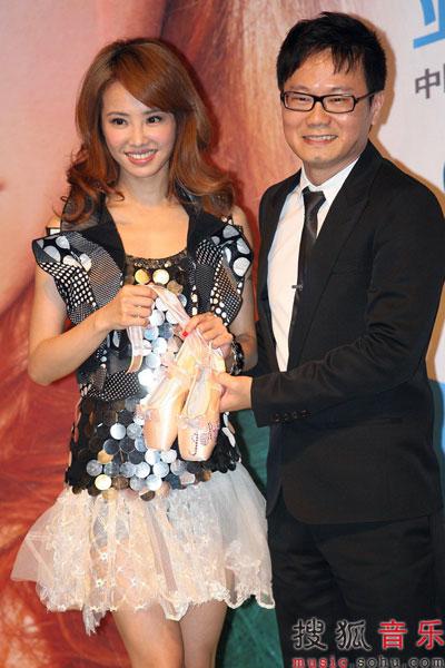陈泽杉赠送粉红芭蕾舞鞋