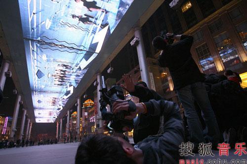 各路记者选角度拍摄MV