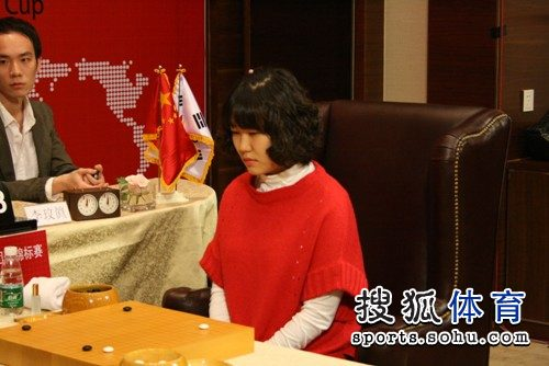 图文:韩国主将李玟真挑战李赫 李玟真在思考