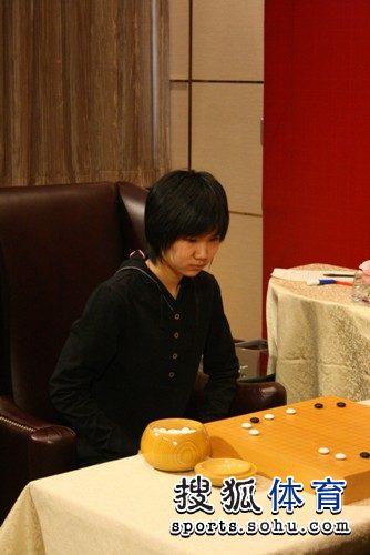 图文:韩国主将李玟真挑战李赫 李赫一脸沉着