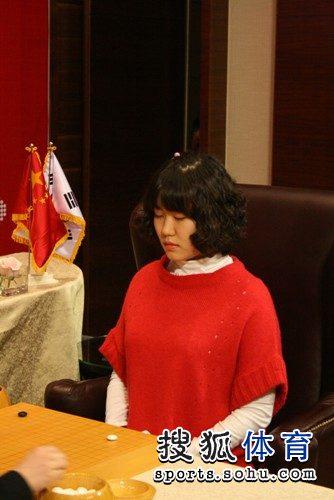 图文:韩国主将李玟真挑战李赫 李玟真闭目养神