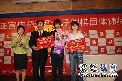 图文:李赫胜李玟真中国队提前夺冠 领奖台上