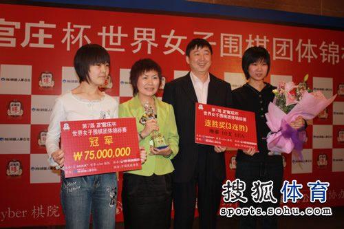 图文:李赫胜李玟真 中国队领奖台集体合影