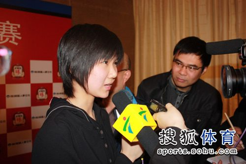 图文:中国队提前夺冠 李赫接受媒体采访