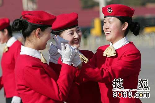 两会服务人员在天安门广场嬉戏