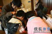 图文:正官庄杯中国队提前夺冠 俞斌被团团围住