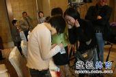 图文:正官庄杯中国队提前夺冠 在人民币上签名