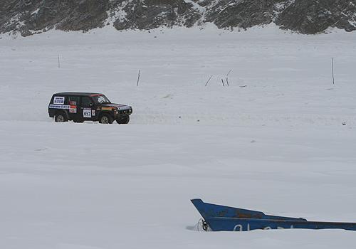 图文:09漠河冰雪汽车赛次日 在冰面上行驶