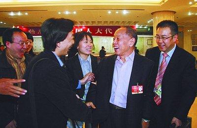 昨日傍晚,在陕西代表团驻地,李肇星与本报记者王晓亮(左二)开起了玩笑