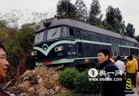 今日下午,蛇口兴海大道,单独的一节火车头在掉头时发生故障,冲出轨道10余米,事故没有造成人员伤亡,铁路方面随后很快将火车头复位归正。南方报业传媒集团 徐文阁 摄