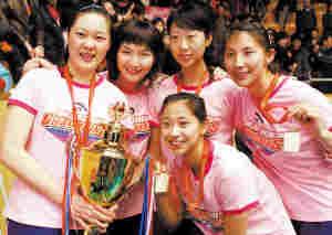 冠军奖杯是对女排姑娘最好的回报。本报记者 宁 柯摄