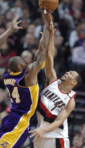 图文:[NBA]开拓者VS湖人 科比技高一筹