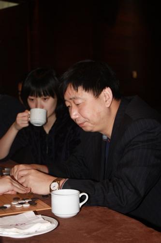 图文:宋容慧李玟真友谊赛 总教练俞斌在思考