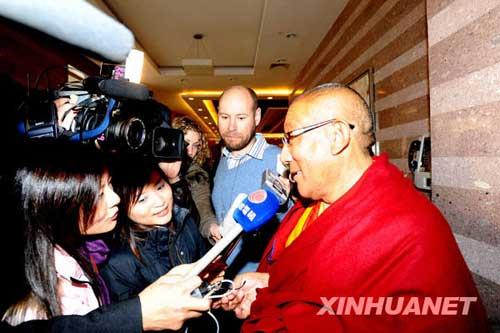 全国政协委员旦白尼玛接受记者采访
