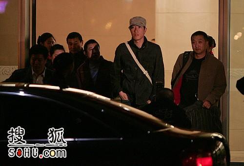 图文:飞人刘翔已经抵达北京 刘翔抬头张望