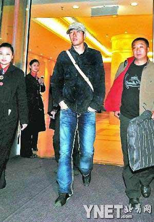 昨晚8时55分,刘翔飞抵北京 ■摄影/本报记者 王晓溪