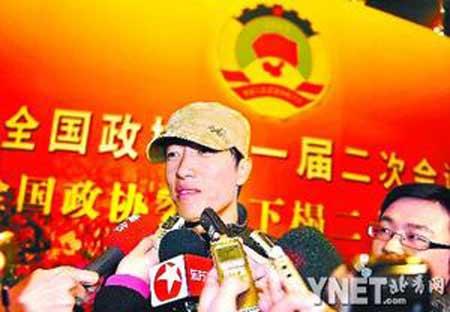 昨晚,刘翔在酒店接受记者采访■摄影/本报记者