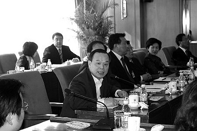 周其凤(发言者)在吉林代表团开放日上接受采访。