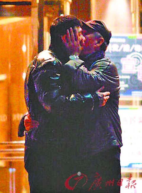 赵本山参加冯小刚电影庆功宴,喝嘴酒后两人抱成一团,关系不错。
