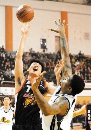 图为广东队队员王仕鹏在比赛中投篮。