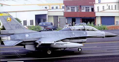 台军想购进新型F-16战机来提升空军战力。图为F-16B型战机