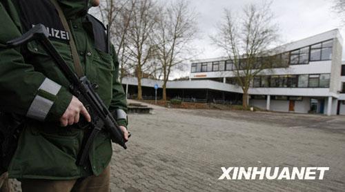 3月11日,警察在德国南部温嫩登发生枪击案的中学周围执勤。