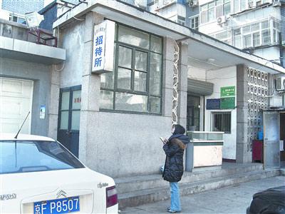 李贵树三人住在医院内的一个地下招待所里。