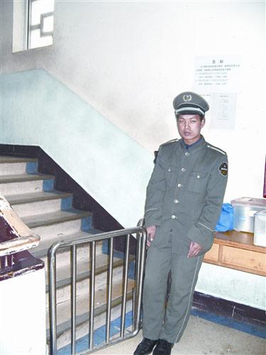 北京儿童医院血液中心病房一楼,保安严格值勤。