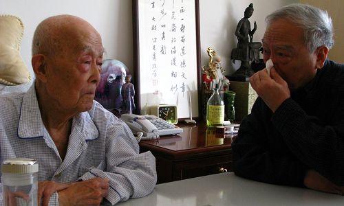 2008年11月7日,季羡林先生和儿子季承在一起。新华社 资料