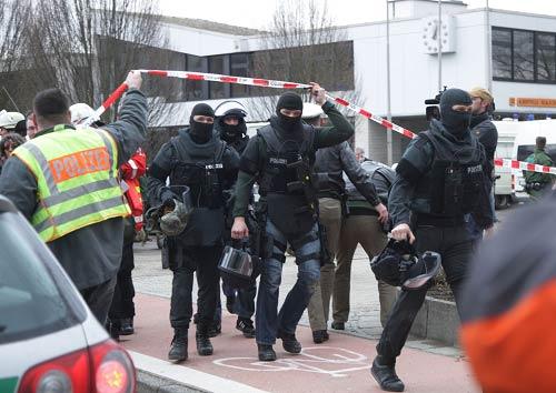 昨天,枪击事件发生后,德国当地警方赶往学校勘察现场。IC图