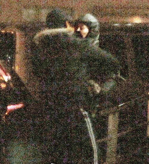 二人被拍下大街上热吻