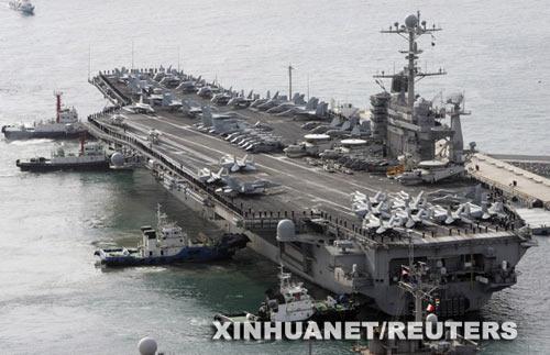"""3月11日,美国海军""""约翰·斯滕尼斯""""号核动力航空母舰驶抵韩国釜山参加联合军演。"""