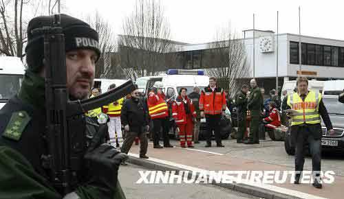 3月11日,警察和医护人员在发生校园枪击案的德国斯图加特市附近小镇温嫩登一所名为艾伯特维尔的中学前忙碌。这所中学当地时间当日早上9时30分(北京时间16时30分)发生严重校园枪击案。据德国警方公布的伤亡数字,枪击案导致包括枪手在内至少16人死亡。新华社/路透