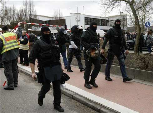 德国特警从事发学校中走出来(图片来源:中国日报网站)